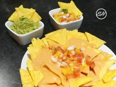 Nachos con salsa de queso y pico de gallo - Nachos with Cheese Sauce and Pico de Gallo